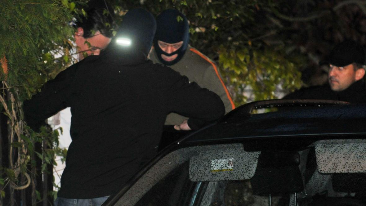 David Rath nastupuje do policejního auta