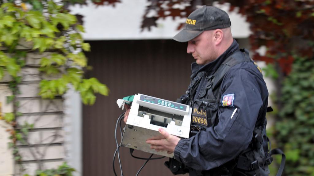 Policie přináší do Rathova domu počítačku peněz