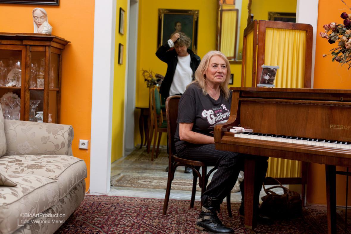 Michnová čeká na hodinu zpěvu (vzadu Jitka Němcová)