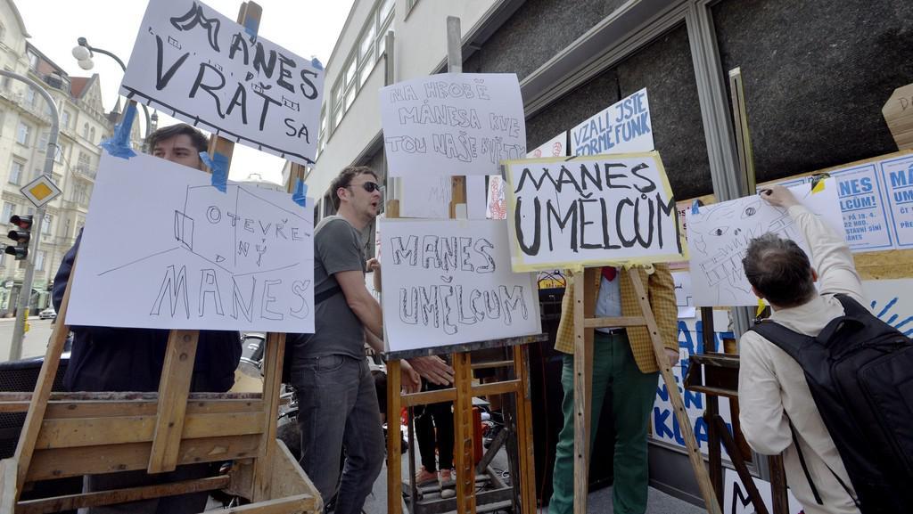 Symbolická okupace výstavní síně Mánes iniciativou Mánes umělcům