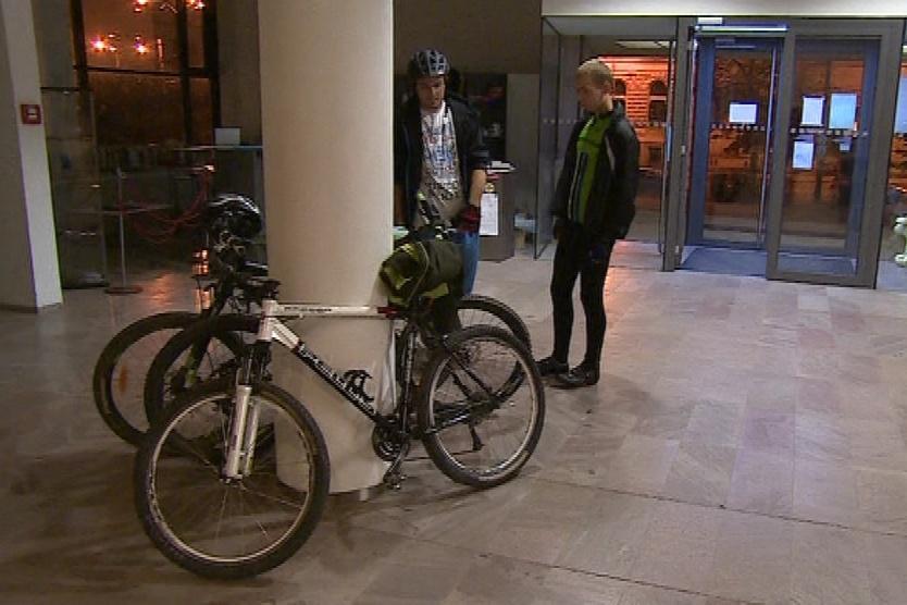 Cyklisté mohli výjimečně dovnitř i s koly