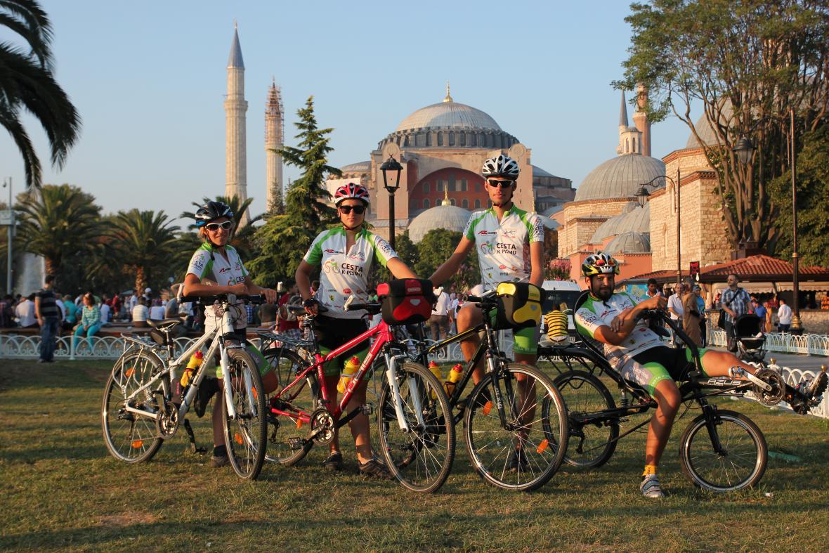 Čtveřice cyklistů dorazila do Istanbulu