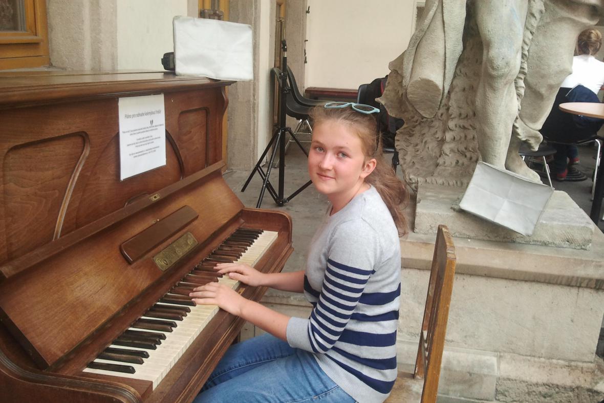 První si na klavír v Brně zahrála čtrnáctiletá Nella