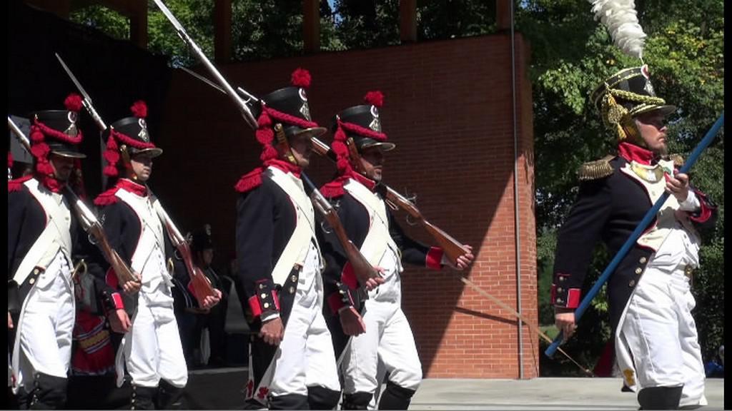 Defilé vojáků v historických kostýmech