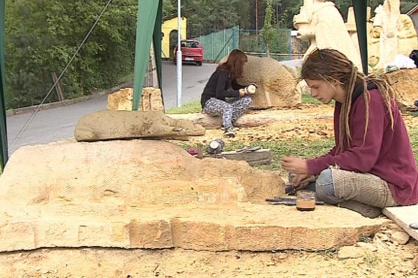 Ve Vískách pracuje pět mladých sochařů