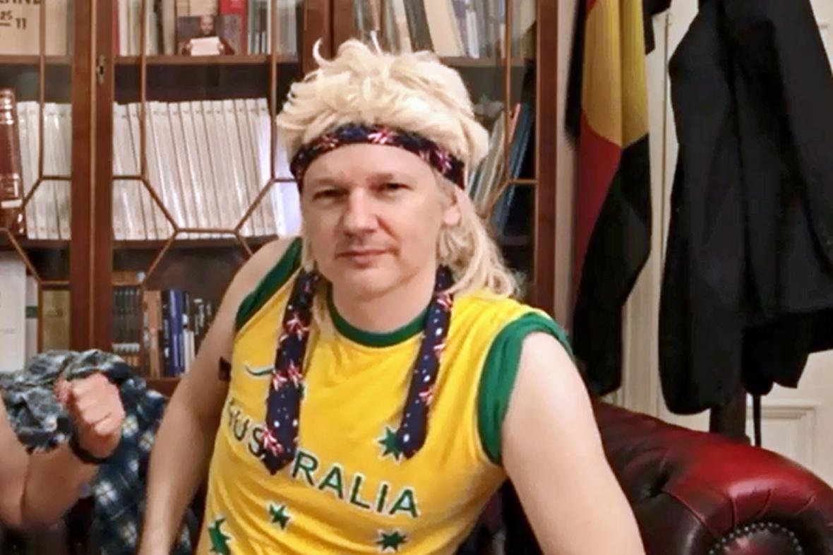 Julian Assange ve svém předvolebním klipu