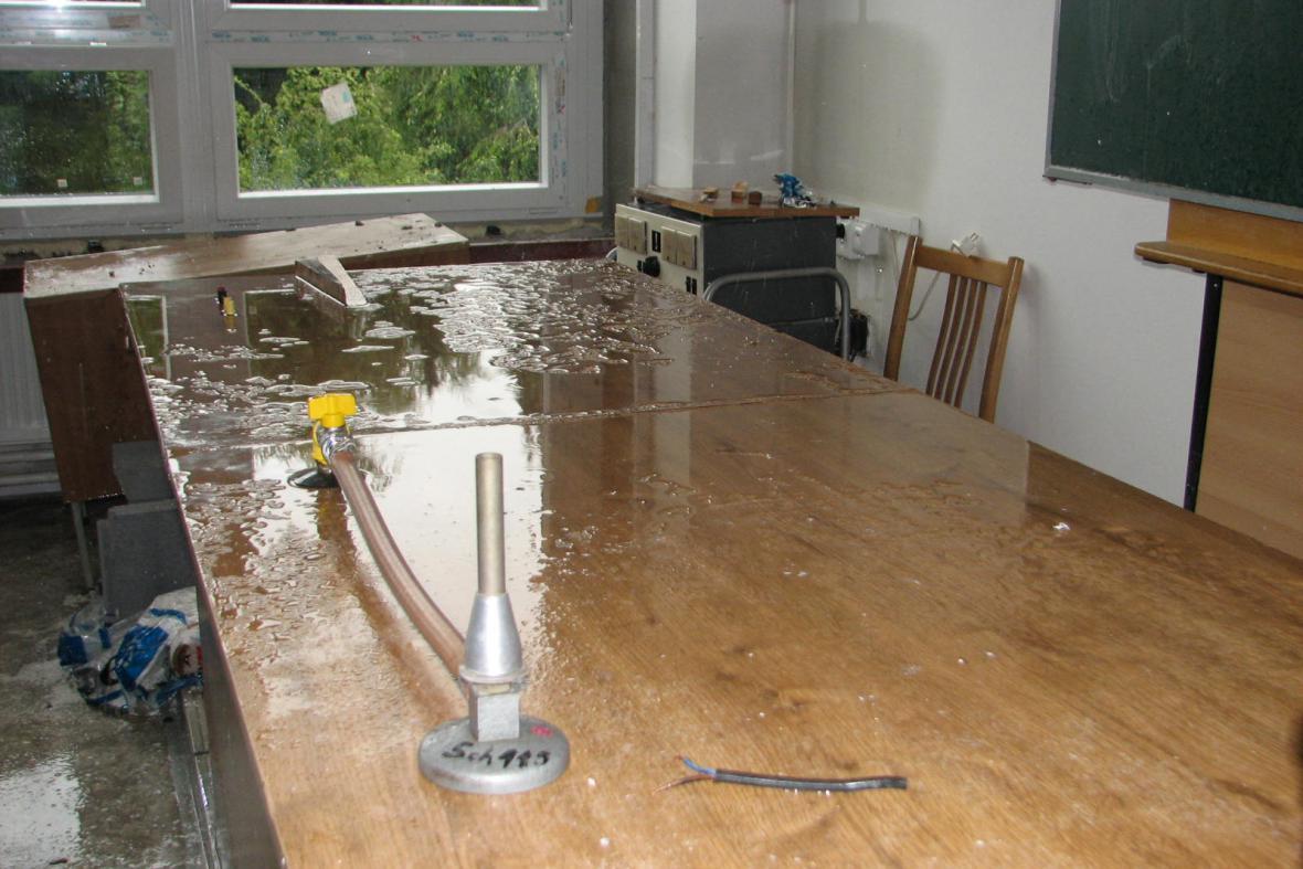 Voda poškodila nábytek a nejspíš i učební pomůcky