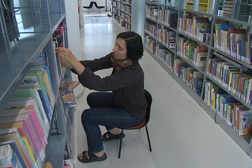 Knihovníci postupně plní regály