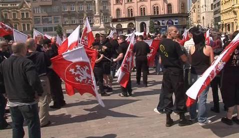 Radikálové pochodují městem