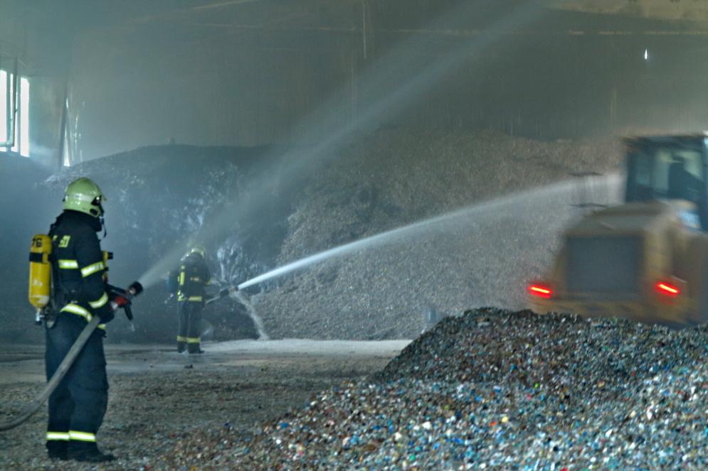 Požár vznikl v hale s uskladněnou štěpkou