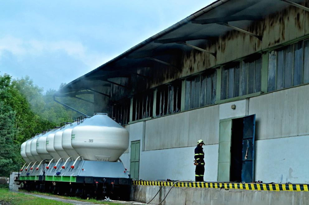 Hořelo v areálu cementárny v Mokré