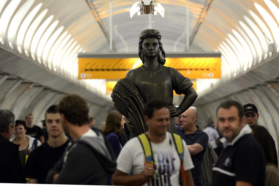 Socha kolchoznice ve stanici metra Anděl