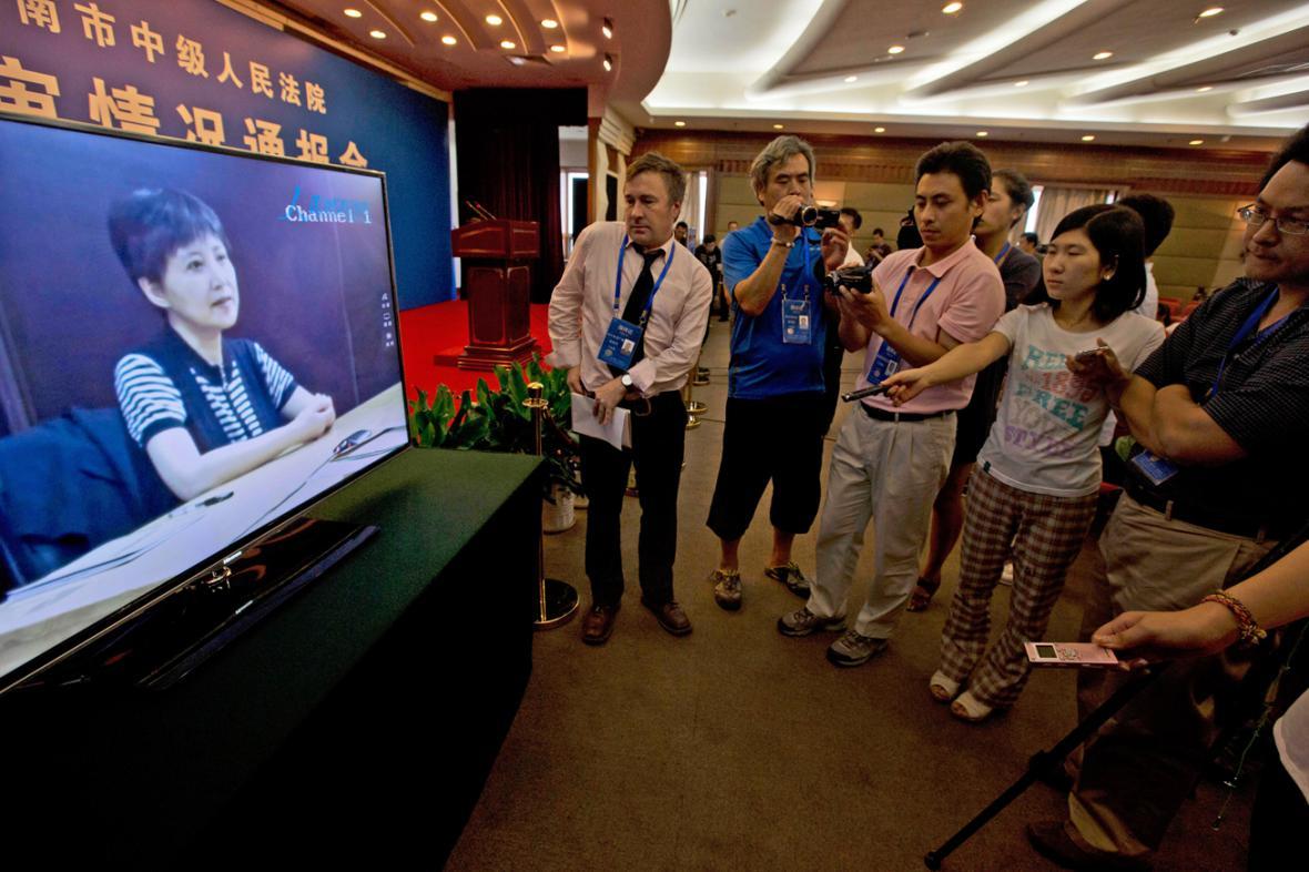 Novináři sledují záznam výpovědi Ku Kchaj-laj