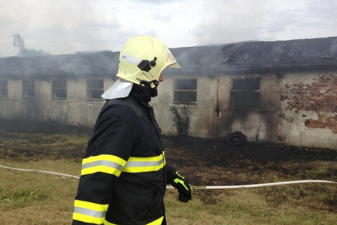 Na místě bylo celkem 14 jednotek hasičů