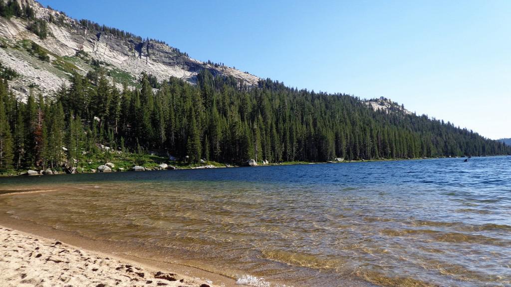 Jezera na cestě do Yosemitského národního parku
