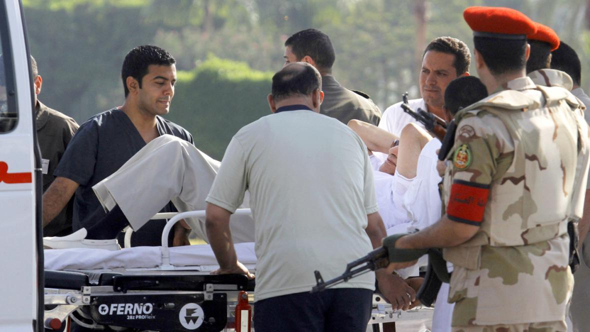 Mubaraka odvážejí po jeho propuštění z vazby do nemocnice