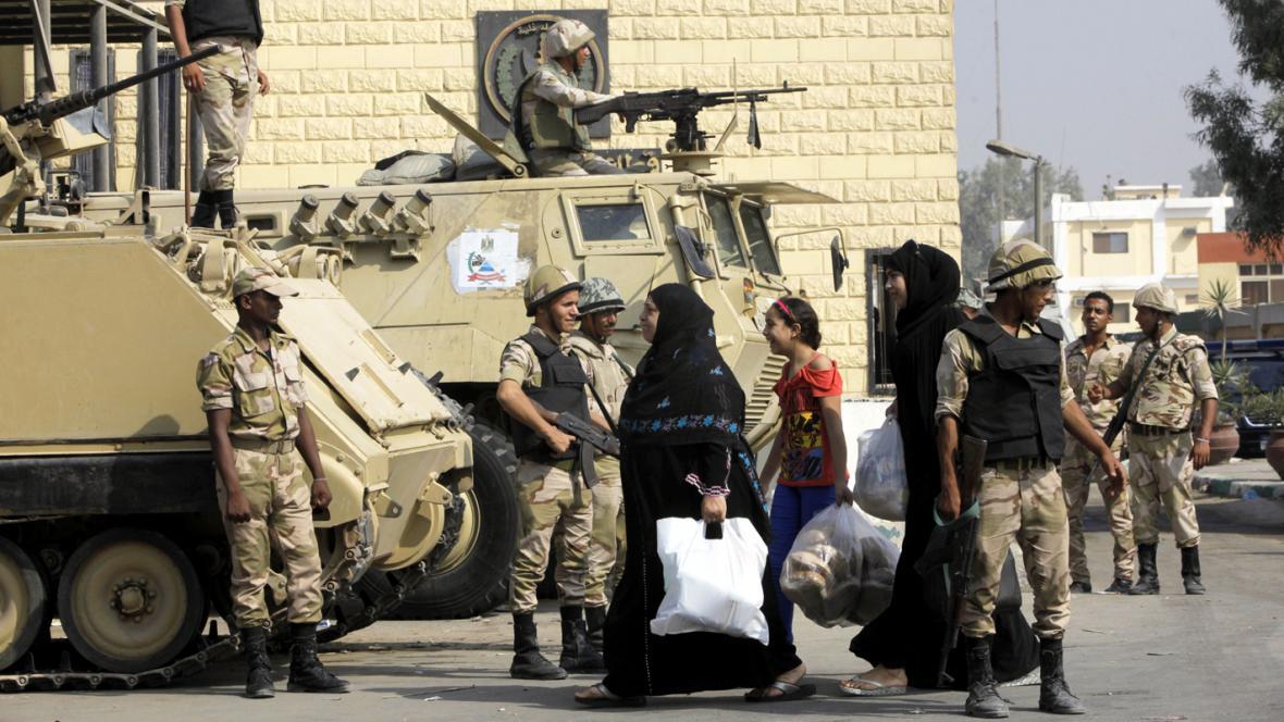 Egyptští vojáci před věznicí Tora, odkud propustili Mubaraka