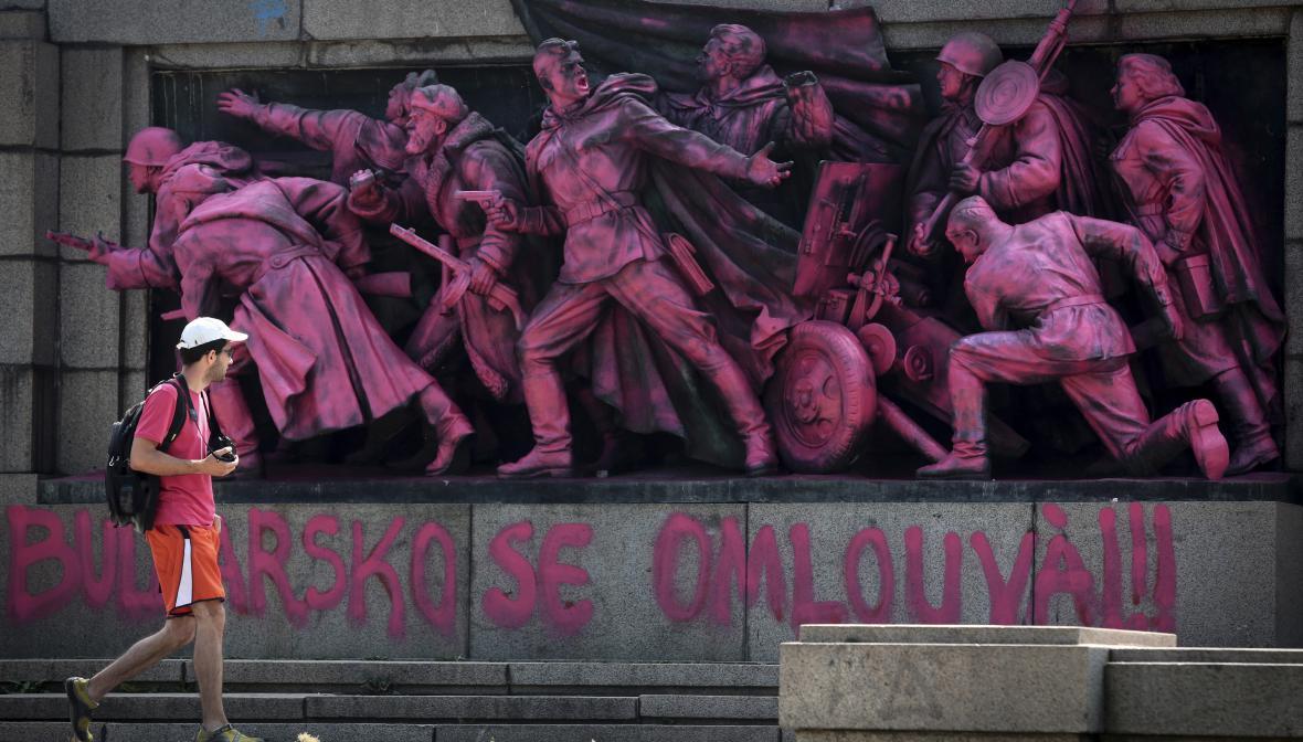 Památník sovětské armády v Sofii někdo přetřel na růžovo