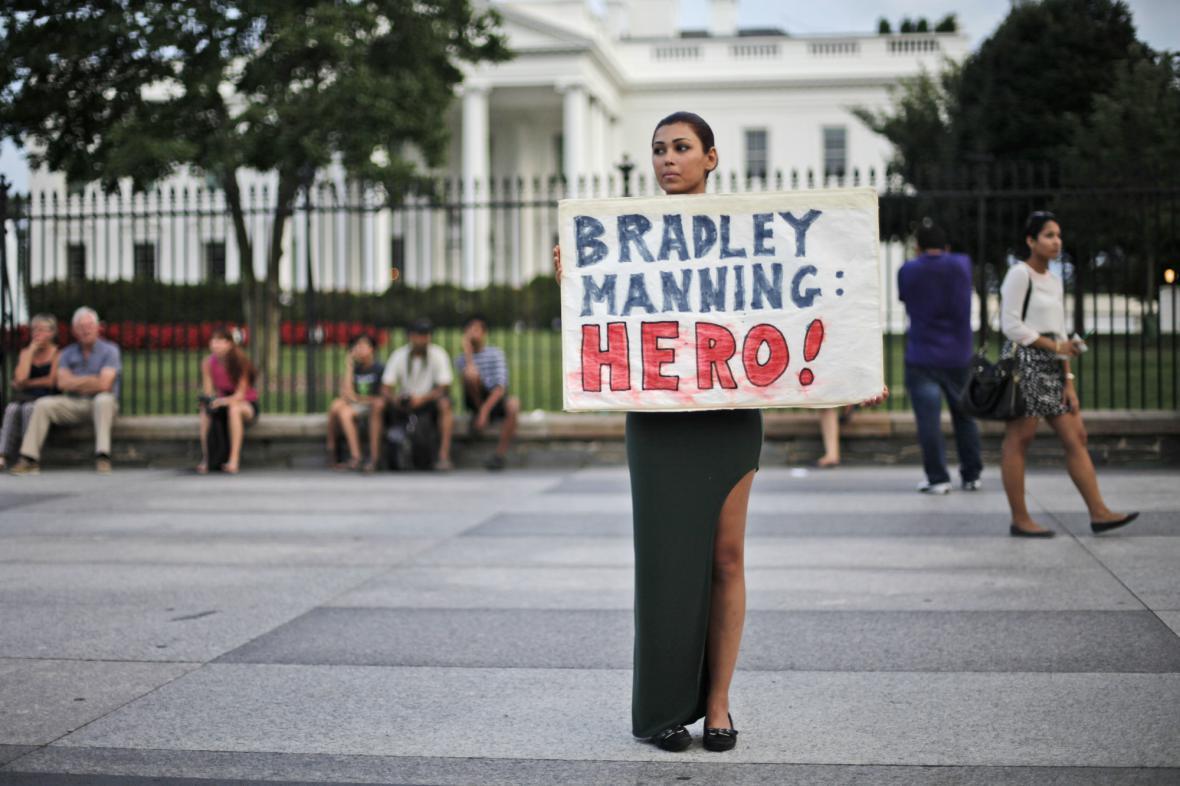 Manningovi příznivci před Bílým domem