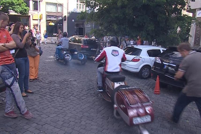 Karel Abraham vzal svoje kolegy na projížďku na starých motorkách
