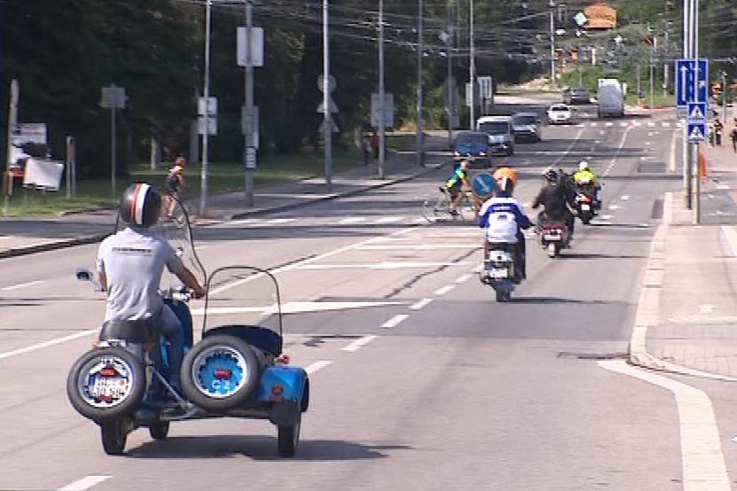 Jezdci si na starých motocyklech projeli část původní trasy Masarykova okruhu