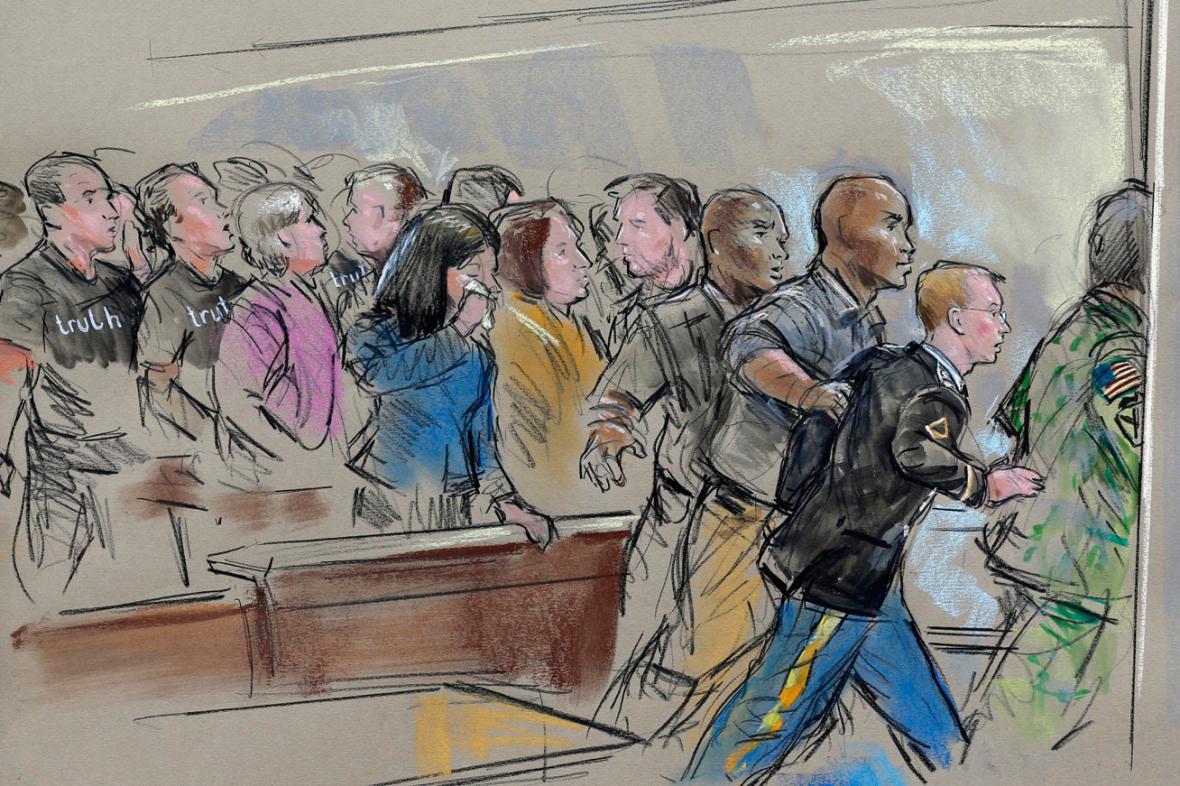 Manning opouští soudní síň poté, co dostal 35 let vězení