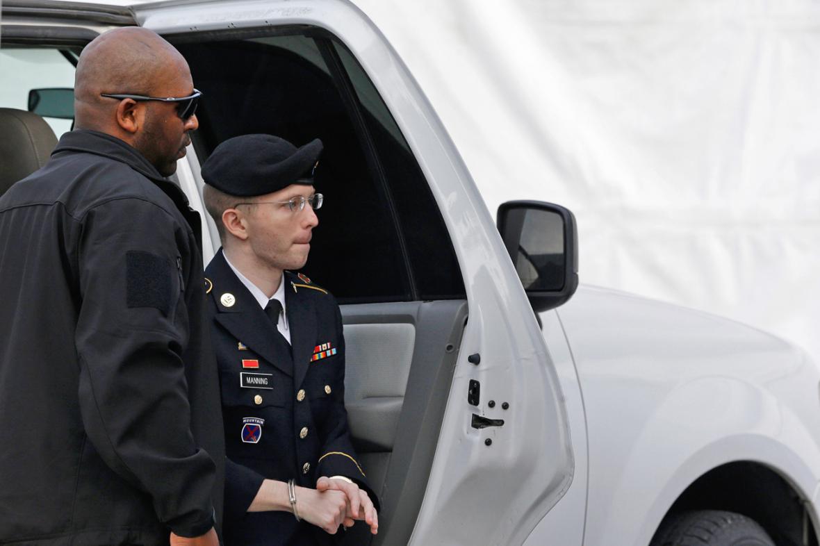 Bradley Manning na cestě k soudu