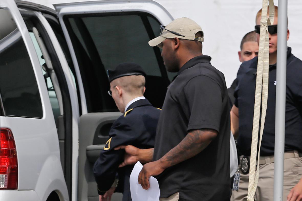 Manning opouští soud po vynesení výše trestu