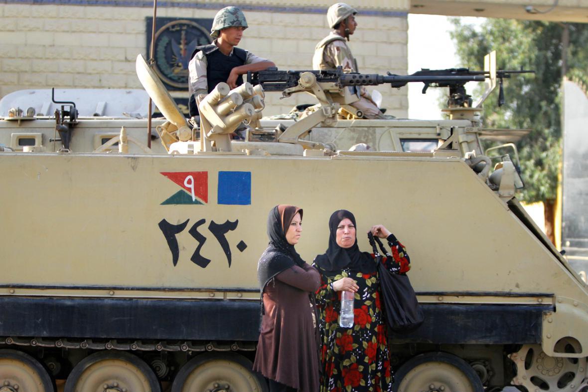 Egyptští vojáci před věznicí Tora, kde je ve vazbě Husní Mubarak