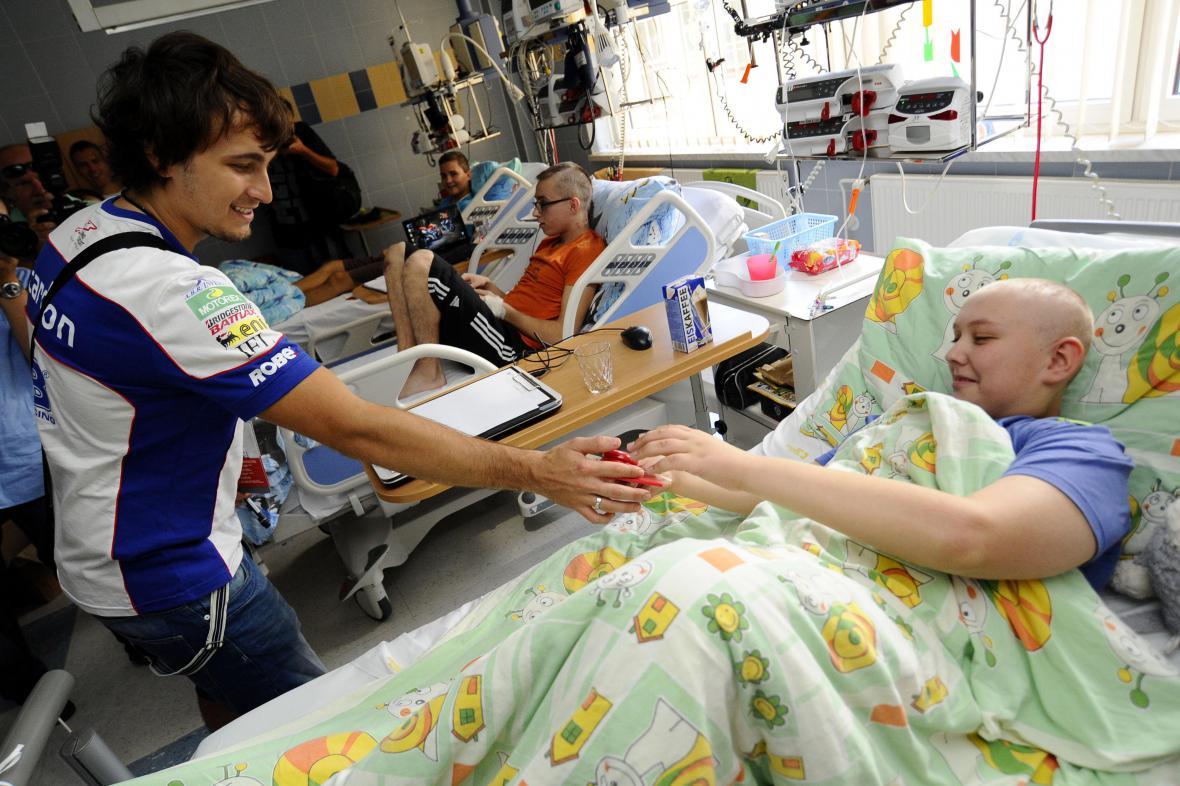 Závodníci navštívili pacienty v dětské nemocnici