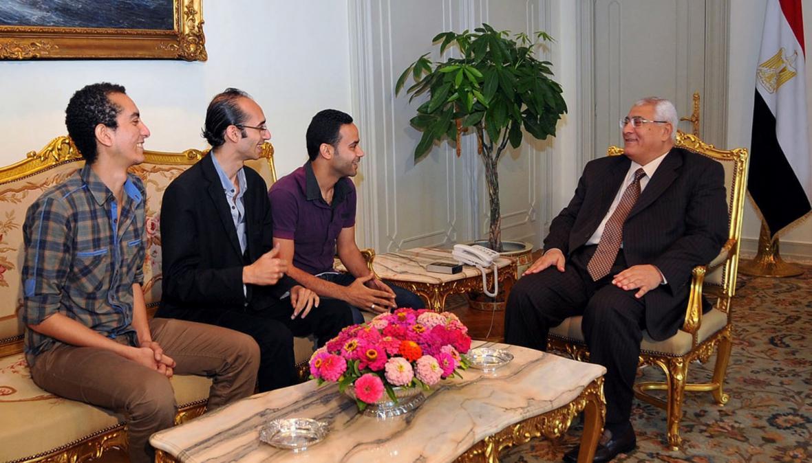 Zástupci hnutí Tamarrud a prozatímní prezident Adlí Mansúr