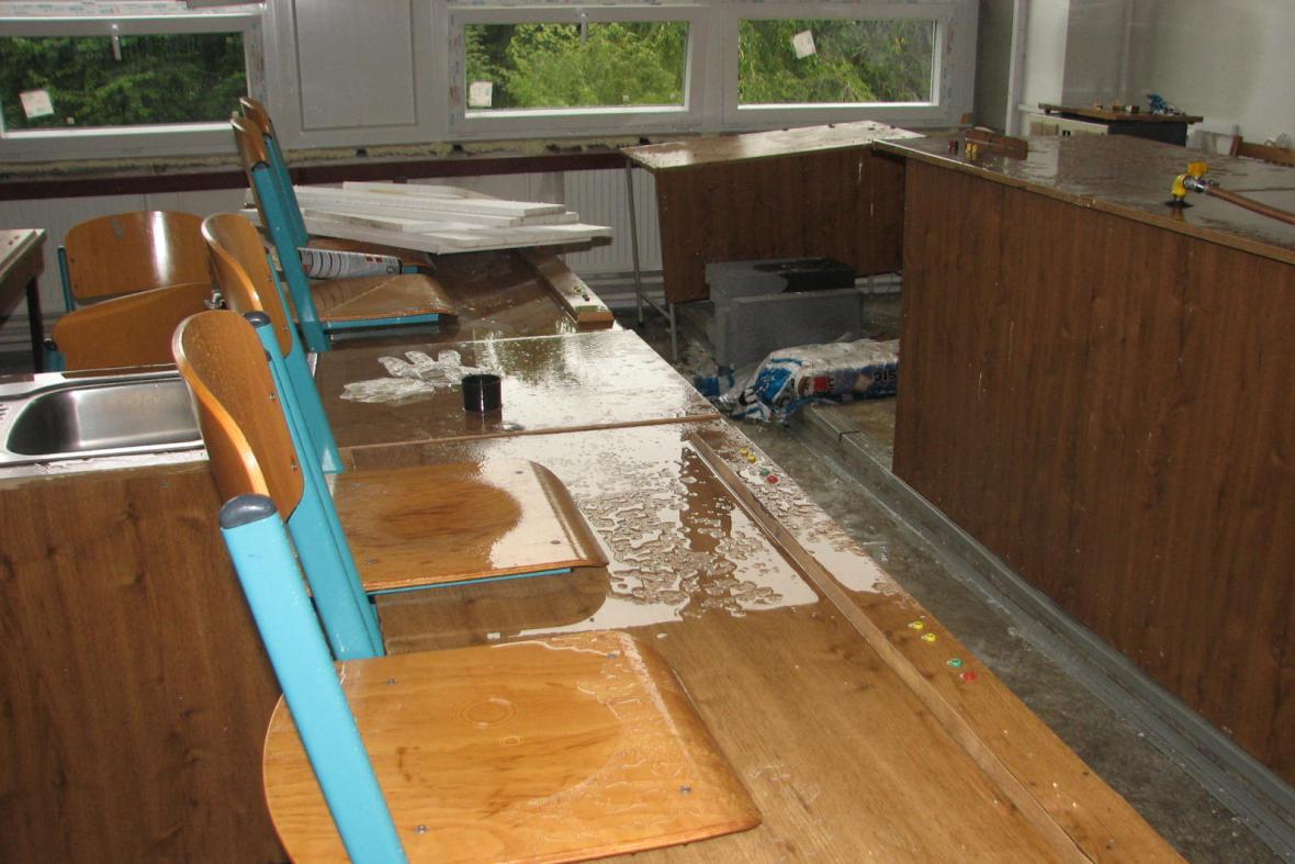 Déšť zasáhl část školy od třetího patra po přízemí