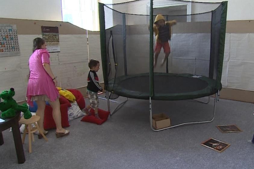 Mezi dětmi je skákání na trampolíně velmi oblíbené