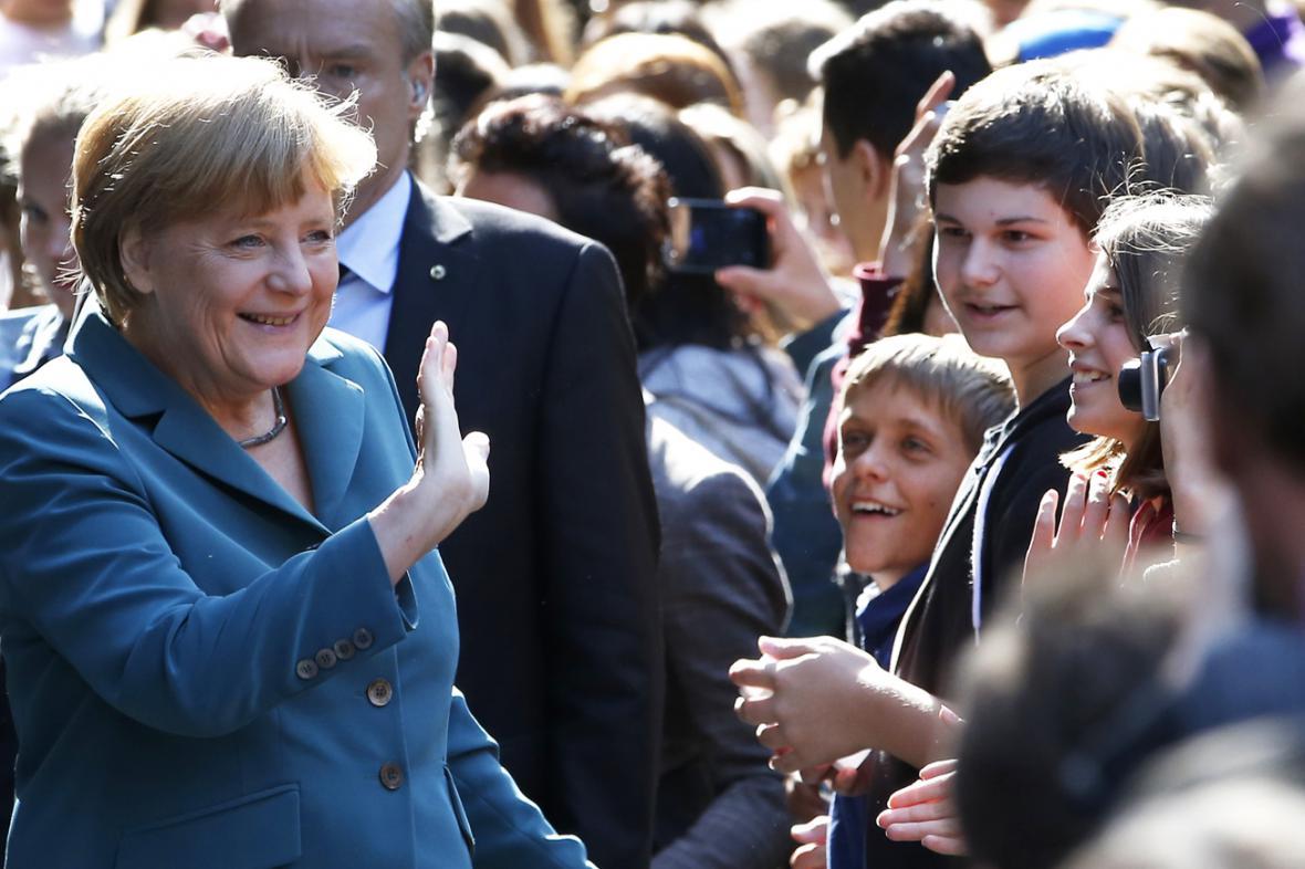Angela Merkelová po příjezdu na gymnázium Heinricha Schliemanna