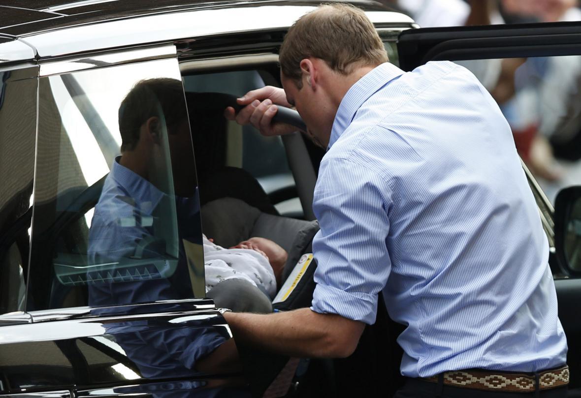 Vévoda z Cambridge si odváží syna z nemocnice St. Mary