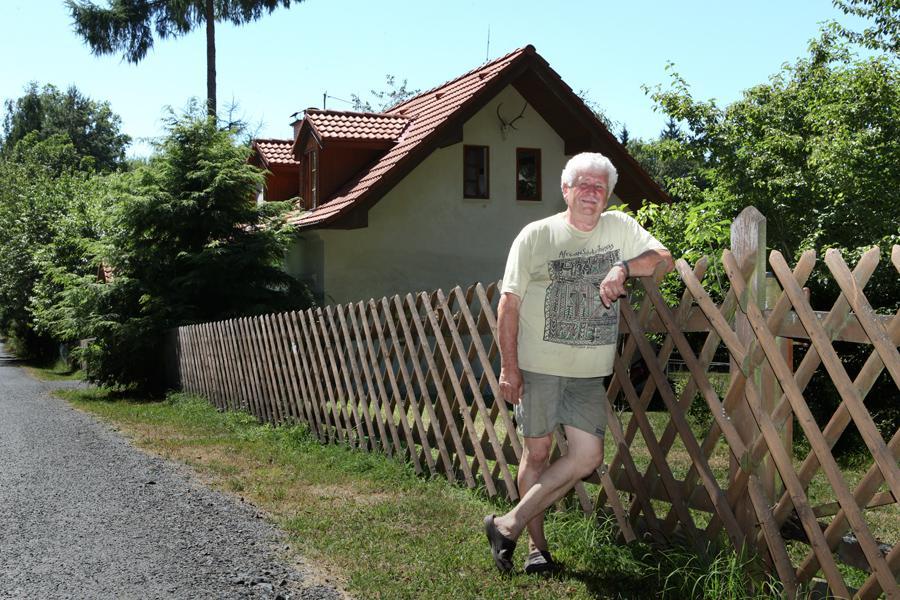 Václav Chaloupek  před svou hájovnou