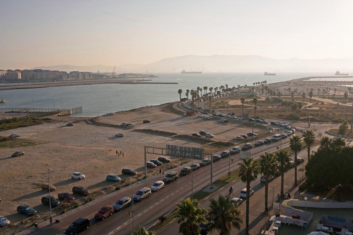 Na Gibraltaru se u hranic čeká v dlouhých kolonách