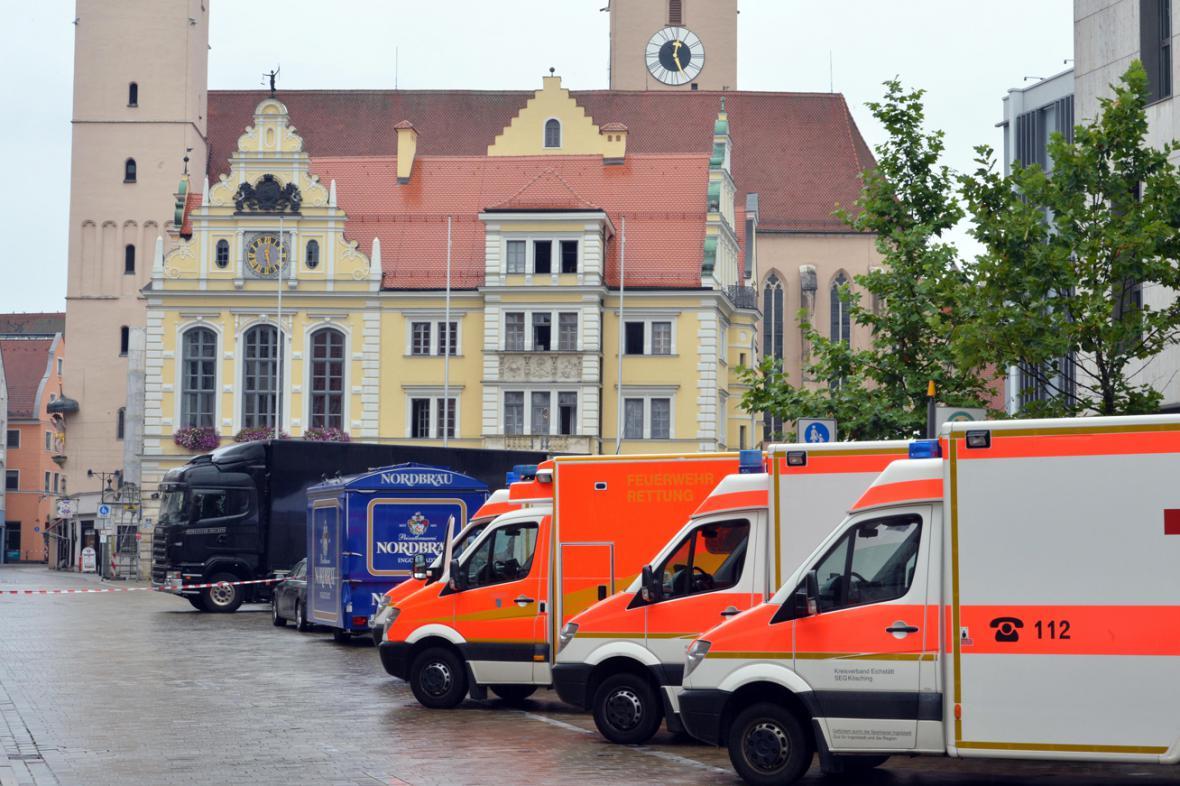 Zásah policie a záchranářů před starou radnicí v Ingolstadtu