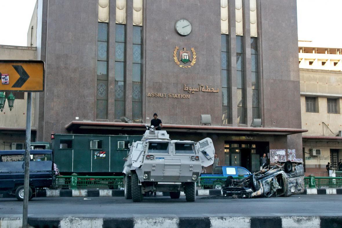 Armáda hlídá nádraží v egyptském Assjútu