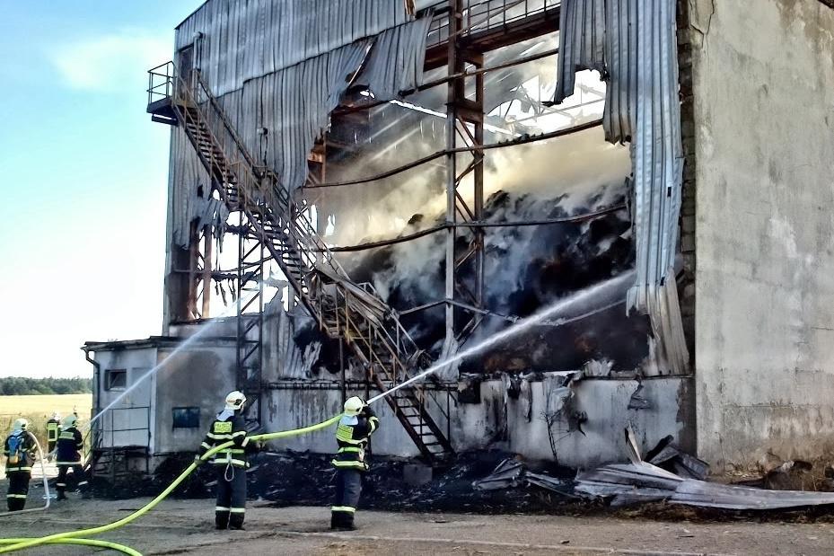 Požár likvidovali hasiči celý víkend