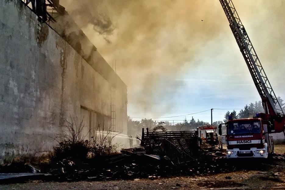 Pomocí techniky museli hasiči odstranit ohořelé plechy