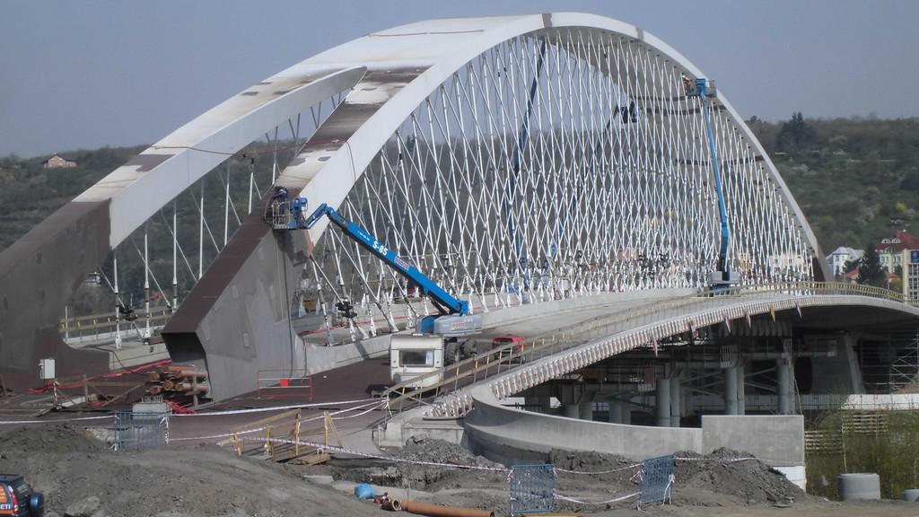 Oblouk nového mostu mezi Holešovicemi a Trojou