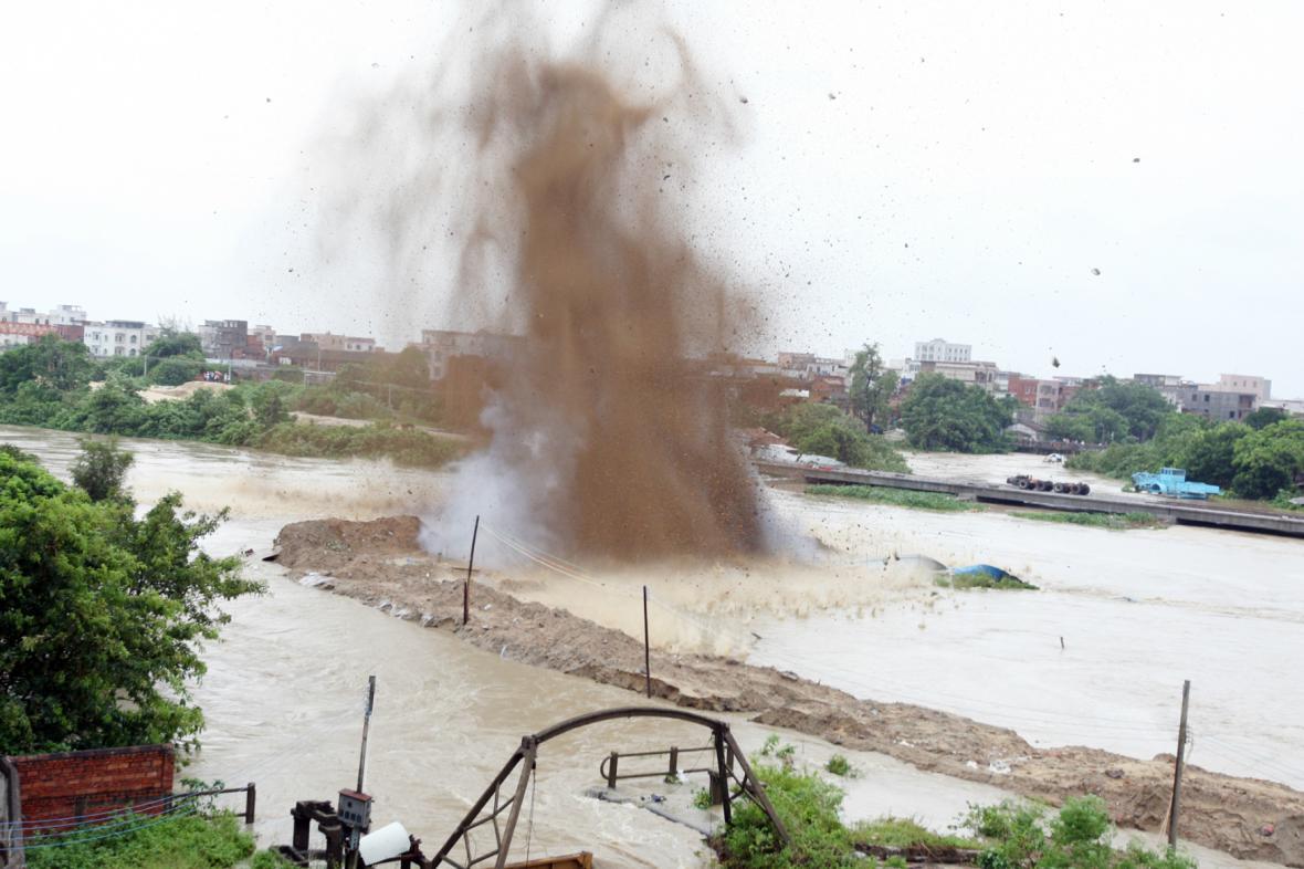 Kvůli záplavám způsobeným tajfunem Utor musela být odstřelena přehrada
