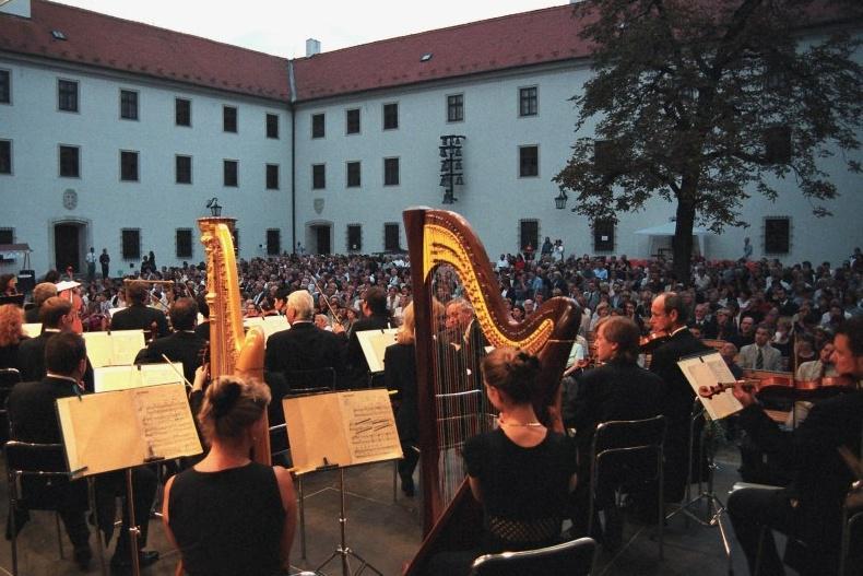 Koncerty se konají na Velkém nádvoří hradu Špilberk
