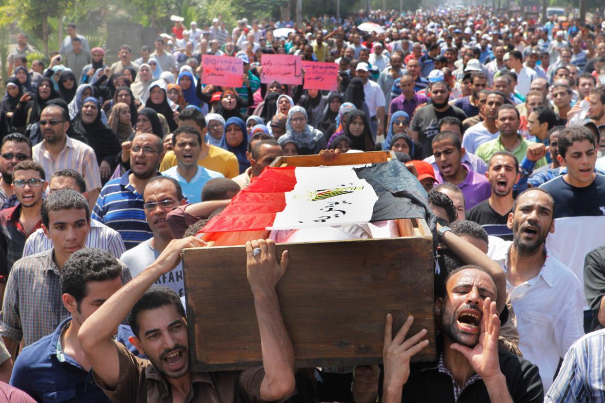 Pohřeb jedné z obětí středečních nepokojů v Egyptě