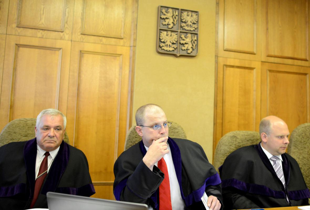 Soudce Robert Pacovský (uprostřed)