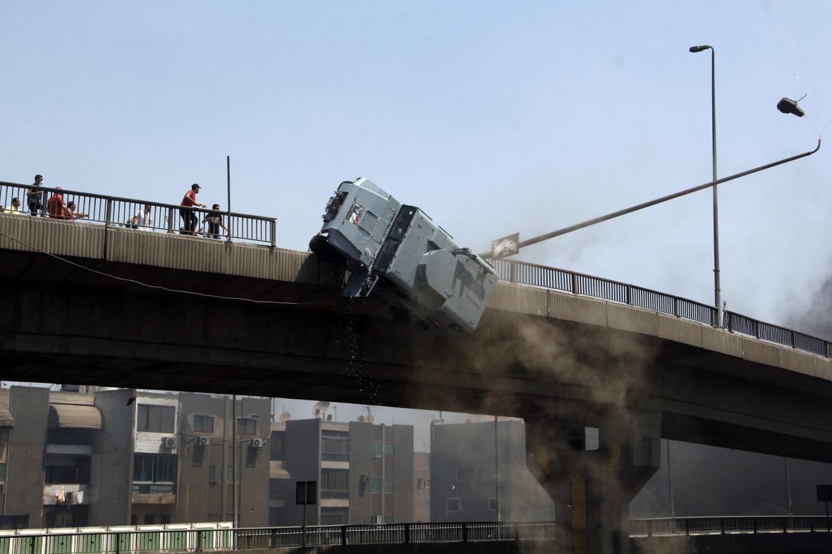 Protestující vytlačili policejní auto z mostu