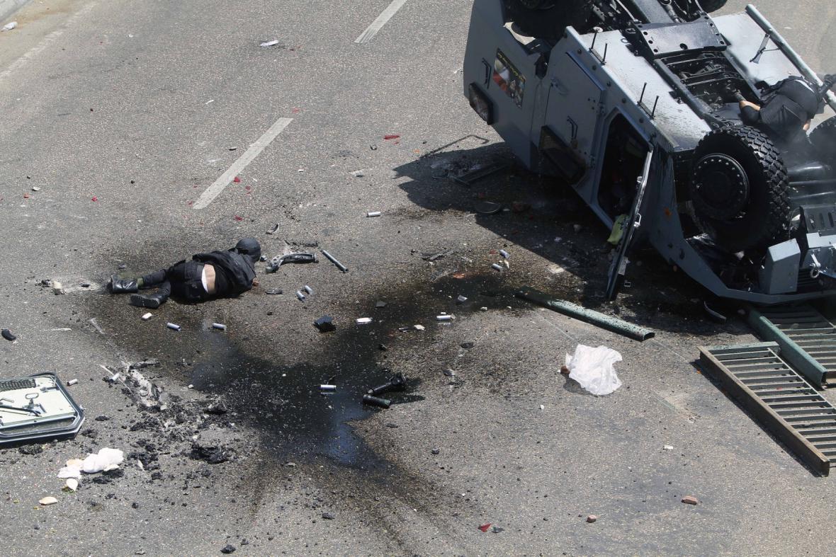Drtivý dopad - policejní vozidlo dopadlo na silnici pod mostem