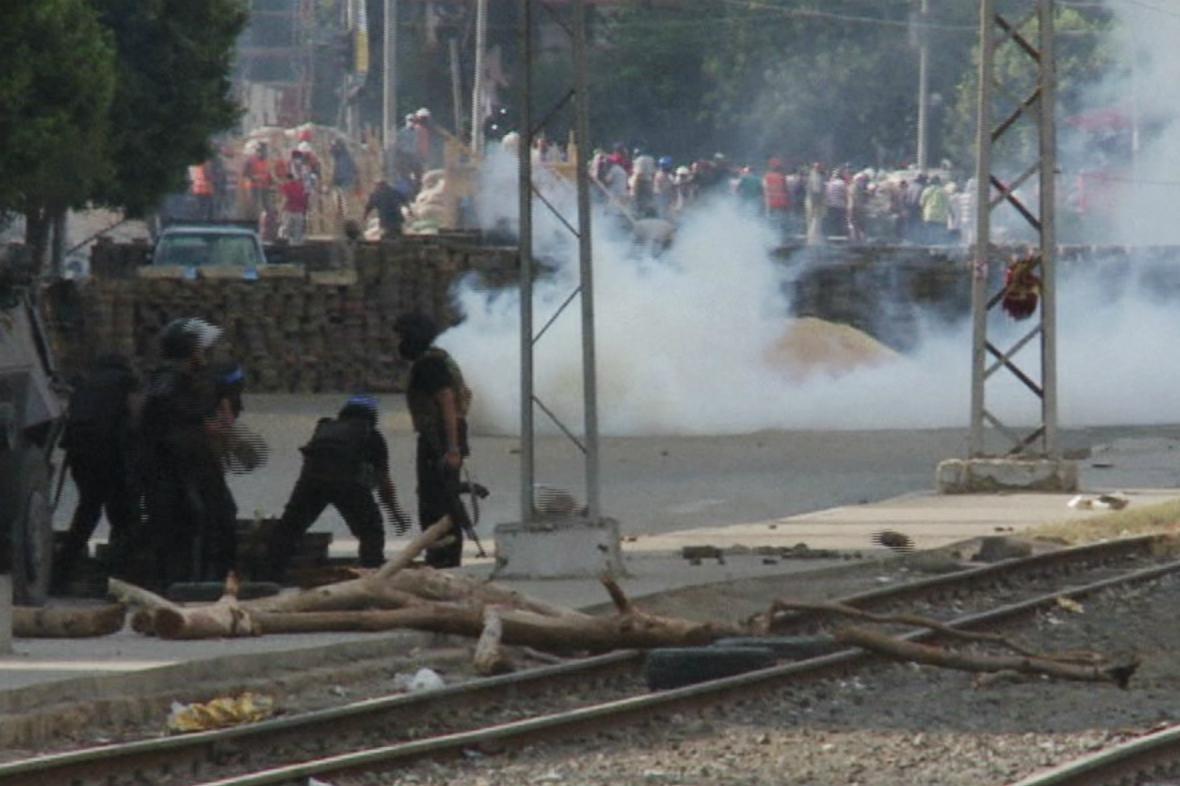 Bezpečnostní složky hází slzný plyn mezi Mursího příznivce