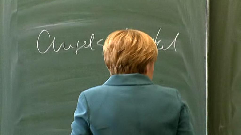 Angela Merkelová se na úvod podepsala na tabuli